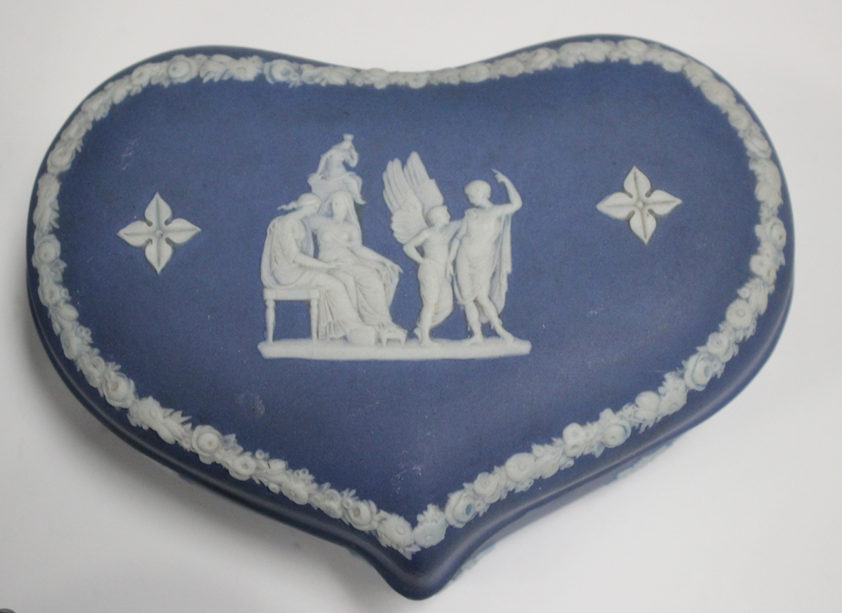 Five pieces of Wedgwood blue and blue dip jasperware, 20th century, comprising three boxes and - Image 3 of 3