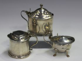 A George III silver oval mustard with hinged lid, reeded handle and borders, fitted with a blue