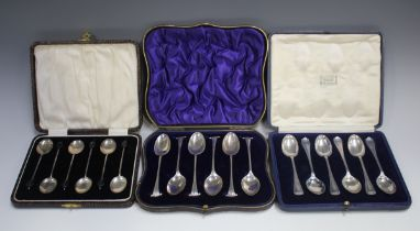 A set of six Edwardian silver Onslow pattern teaspoons, London 1904, cased, together with a set of