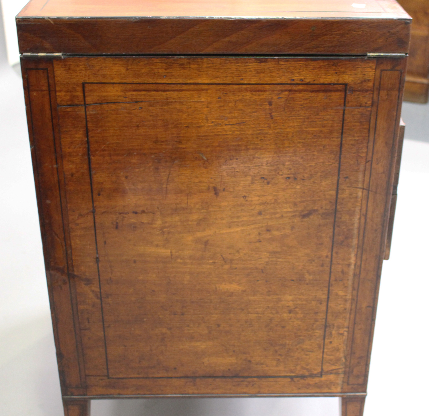 A George III mahogany dressing table, the double hinged top revealing a compartmentalized interior - Image 2 of 6