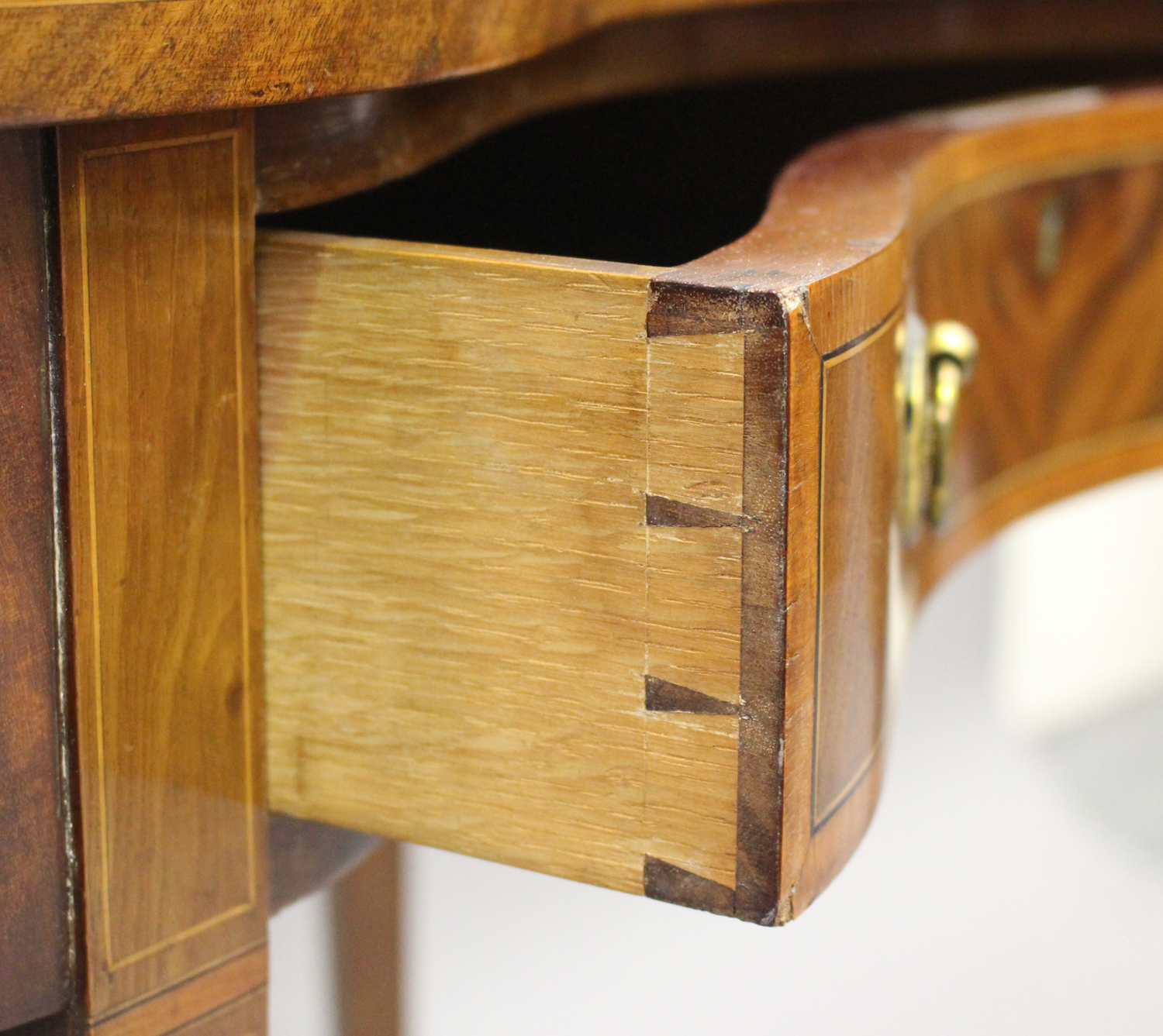 An Edwardian mahogany kidney shaped writing table, crossbanded in satinwood, fitted with a single - Image 4 of 5