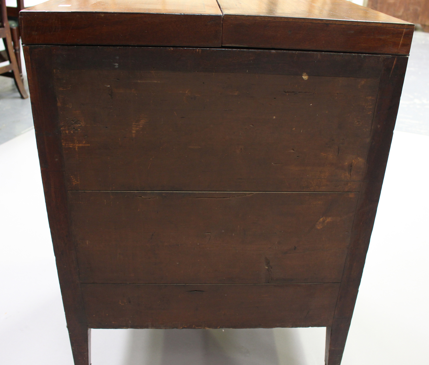 A George III mahogany dressing table, the double hinged top revealing a compartmentalized interior - Image 3 of 6