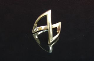 A 9ct gold double wishbone ring. Size K, 3.