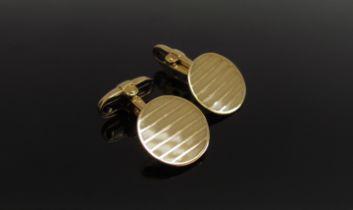 A pair of 18ct gold gentlemans cufflinks, lined design, 13.