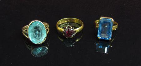 An 22ct gold ring set with garnet (trauma) 4.