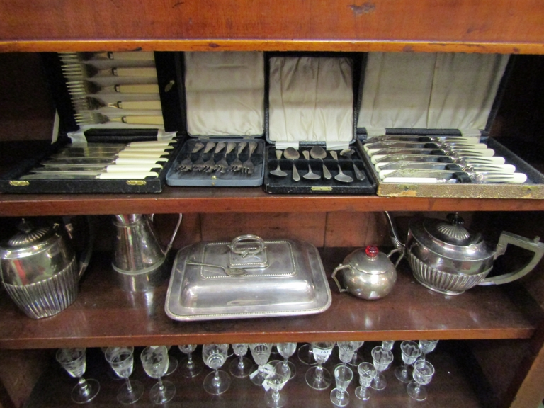 Mixed silver plated items including cutlery,