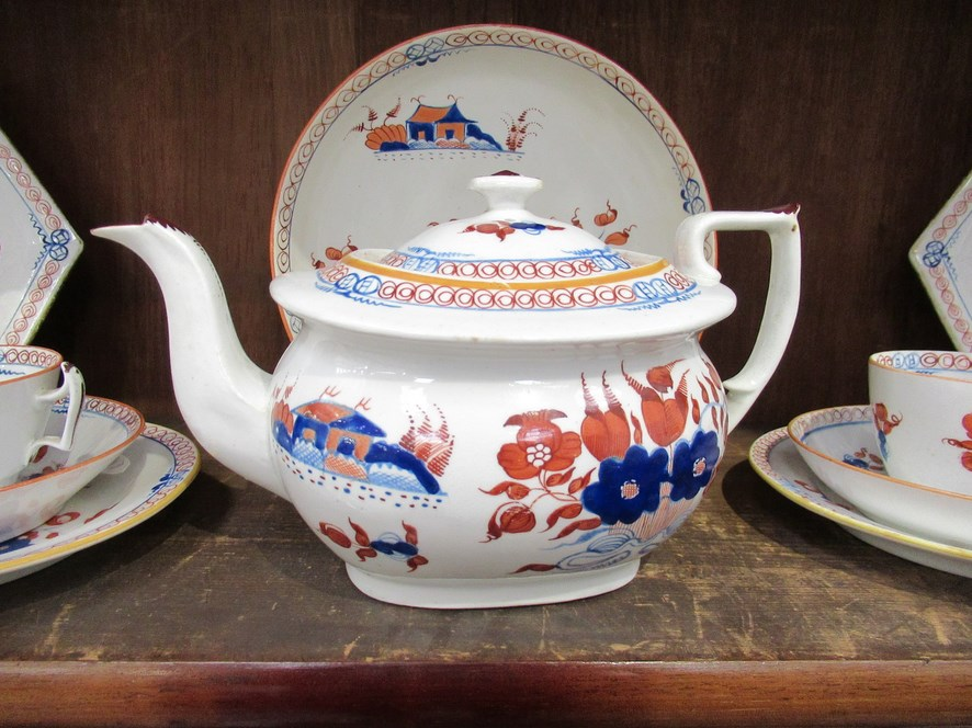 A quantity of New Hall Doll's House pattern tablewares and teawares pattern No. - Image 2 of 5