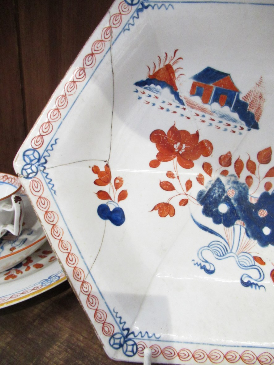 A quantity of New Hall Doll's House pattern tablewares and teawares pattern No. - Image 4 of 5