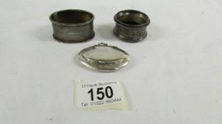 2 silver napkin rings and a silver snuff box.