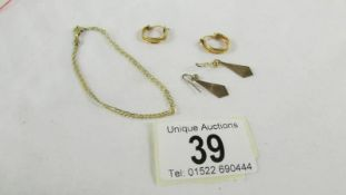 A 9ct gold bracelet and 2 pairs of 9ct gold earrings, 4.7 grams.