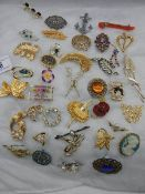 Forty good vintage brooches.