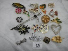 A good lot of vintage brooches.