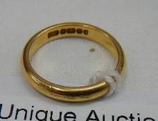 A 22 ct gold wedding ring, 4 grams.