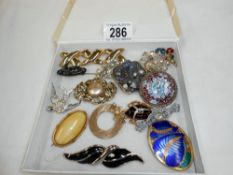 Approx 15 vintage brooches