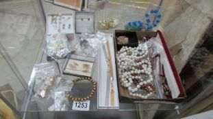 A mixed lot of jewellery including earrings, necklaces etc.