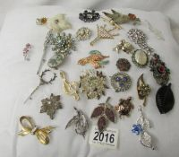 28 assorted vintage brooches.