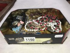 A quantity of brooches & costume jewellery