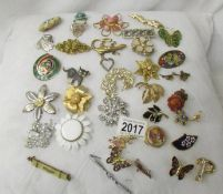 36 assorted vintage brooches.