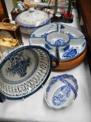 A mixed lot of blue and white ceramics.