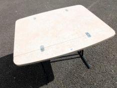 A foldable flat table