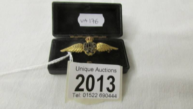 A 9ct gold R.A.F wings badge.