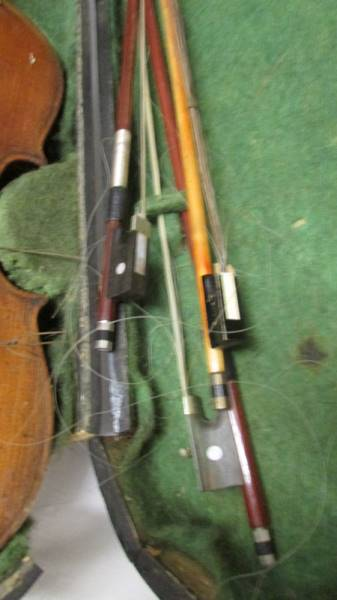 An old violin with bows in case, a/f. - Image 4 of 4