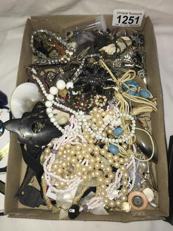 A mixed lot of vintage & other pendants & necklaces - Image 4 of 4