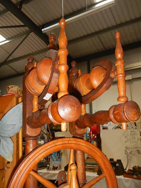 A ornamental spinning wheel, need some attention. - Image 2 of 2