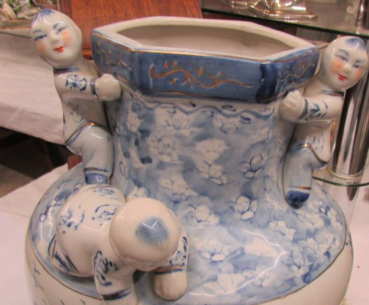 A blue and white oriental vase. - Image 3 of 3