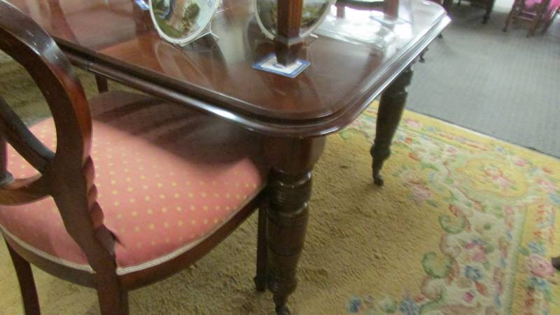 A mahogany extending dining table with three leaves and a set of 6 dining chairs. - Image 2 of 3
