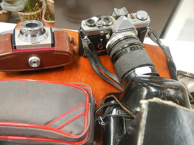 A mixed lot of camera's and lenses. - Image 2 of 3