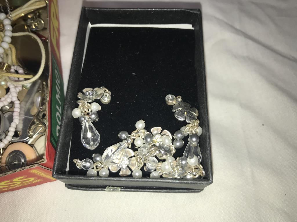 A mixed lot of vintage & other pendants & necklaces - Image 2 of 4