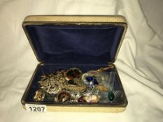 A good lot of vintage brooches etc.