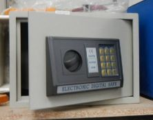 A metal safe. (collect only) ****Condition report**** This is digital not key.