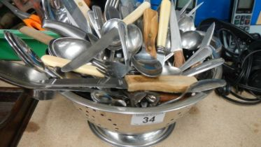 A mixed lot of cutlery.