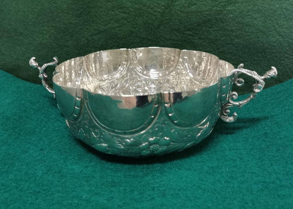 Ornate Silver Fruit Basket, 2 handled, 8 part scalloped rim, 18cm dia, 7cm H, 14 3/4 ozs (420 - Image 2 of 8