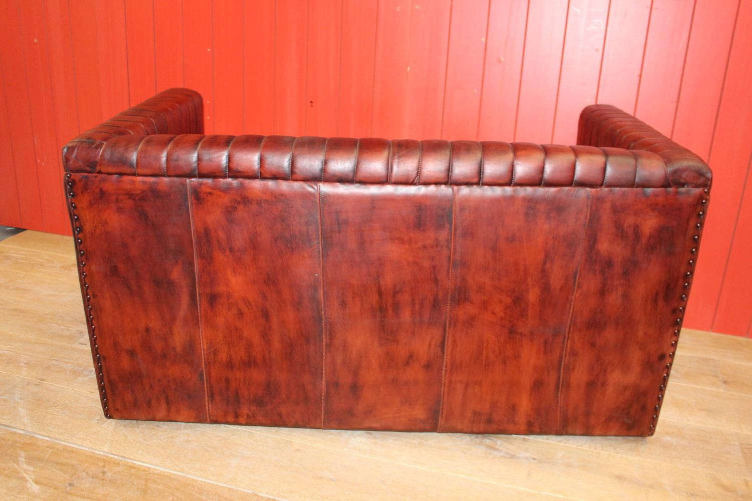 Two seater leather upholstered settee - Image 2 of 2