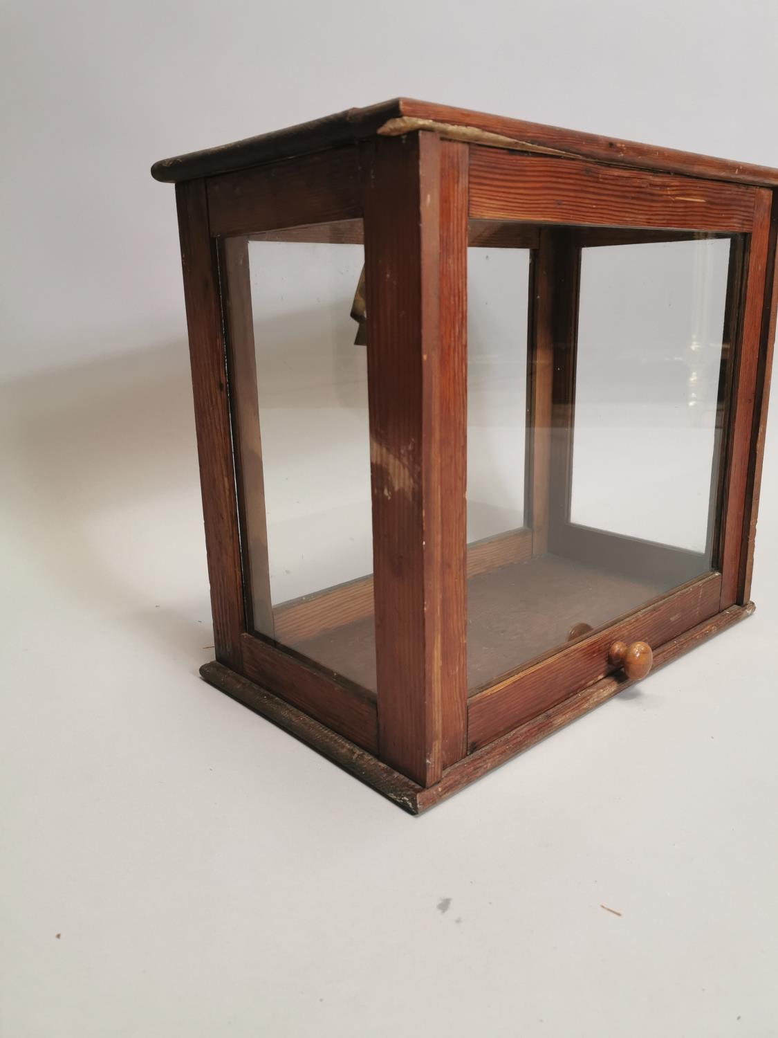 Early 20th. C. glazed pine display cabinet - Image 3 of 7