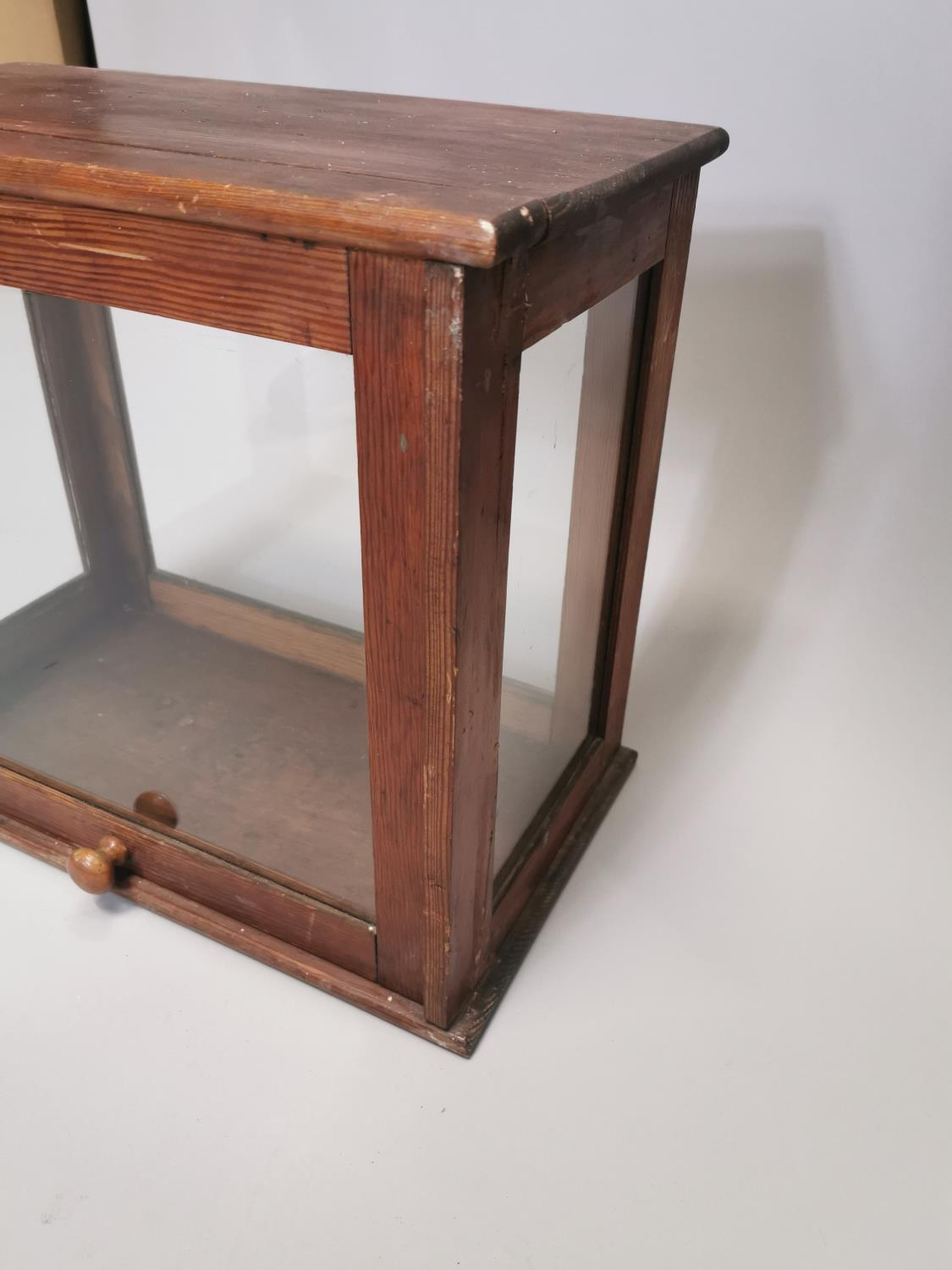 Early 20th. C. glazed pine display cabinet - Image 7 of 7