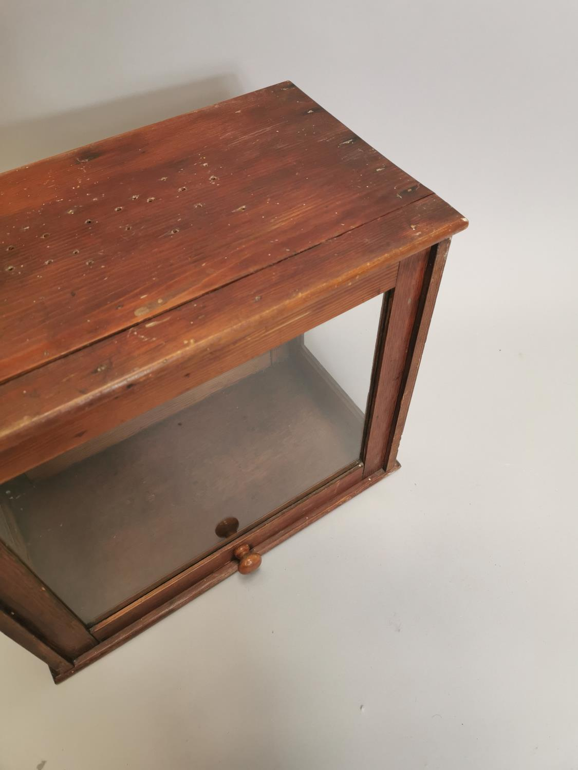 Early 20th. C. glazed pine display cabinet - Image 4 of 7