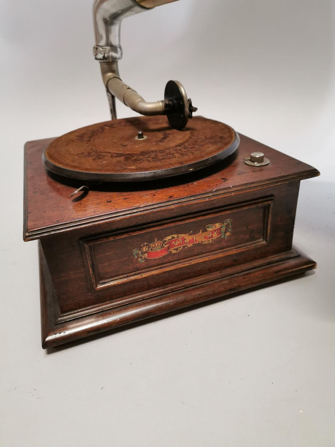 Victory gramophone in oak case with brass horn - Image 4 of 7