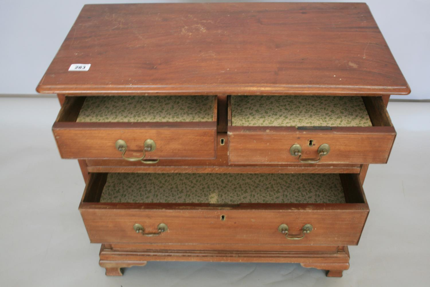 Neat proportioned Georgian chest drawers with two short and three long graduated drawers, standing - Image 2 of 3