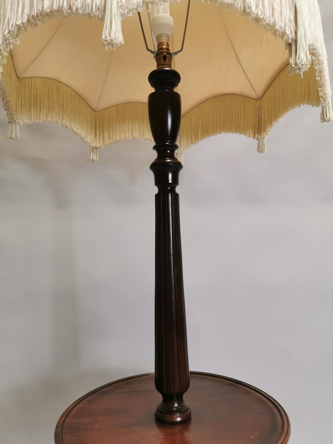 Mahogany standard lamp in the Edwardian style 162 cm H x 62 cm Dia - Image 3 of 3