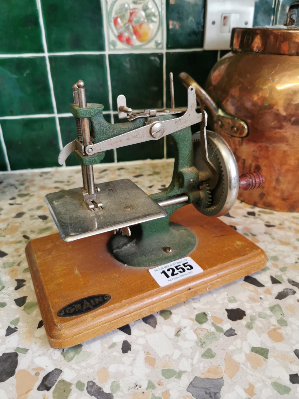 Child's sewing machine Crain