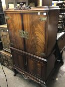 REPRODUCTION FLAME MAHOGANY QUEEN ANNE STYLE DRINKS CABINET ON CABRIOLE LEGS W85CM D49CM H153CM