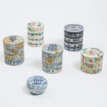 A Group of Six Chinese Porcelain Boxes, 19th Century and Later, 十九世纪及更晚 青花及粉彩盖盒一组六件, tallest height