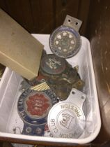 A box of car badges to include Aston Martin, old RAC badges, English electric motor club -