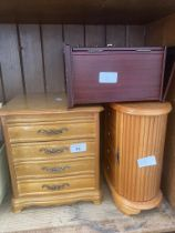3 jewellery boxes with some contents.