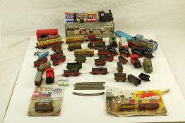 Collection of tin plate, diecast and plastic model railway items, mainly N gauge, featuring carded