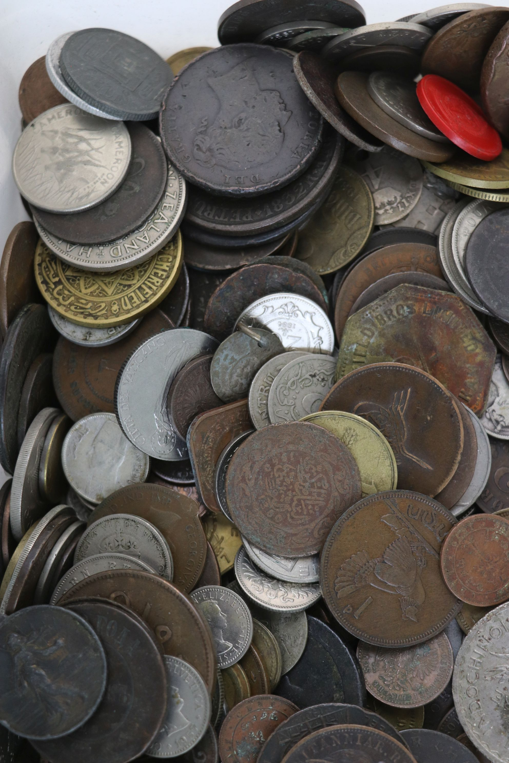 A large collection of British and World coins to include silver examples. - Image 4 of 10